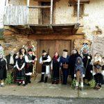 Los Campanones de Quintanilla de Yuso, bajo un corredor de la localidad cabreiresa. Foto: Asoc. Cult. San Yusto.