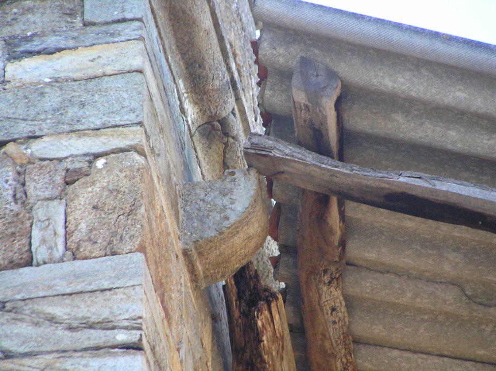 El tejado del campanario, apoyado en escasos 5 centímetros. Foto: S. Carracedo