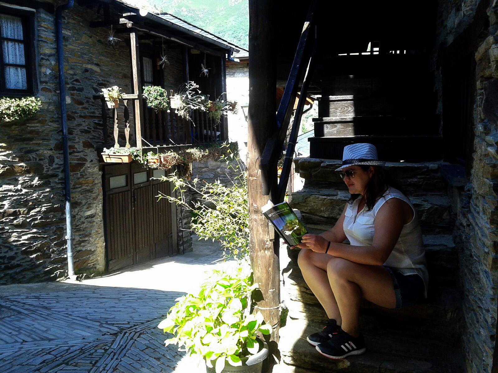 Lectura reposada y a la sombra de un corredor del libro 'Quintanilla de Yuso, de la prehistoria a la actualidad'.